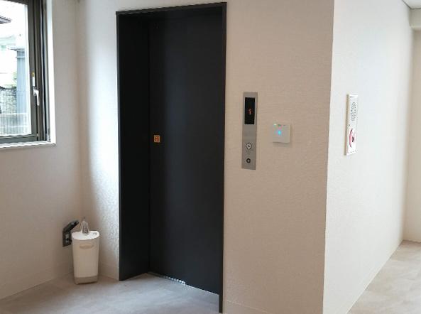 エレベータ1階